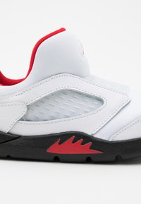 Jordan - 5 RETRO LITTLE FLEX UNISEX - Basketball shoes - white/university red/black - 5