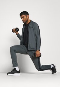 Under Armour - EMEA TRACK SUIT - Träningsset - pitch gray/black - 1