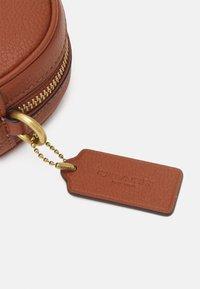 Coach - BADGE CAMERA CROSSBODY - Across body bag - saddle - 5