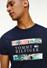 Tommy Hilfiger - HAWAIIAN FLAG - Print T-shirt - desert sky - 1