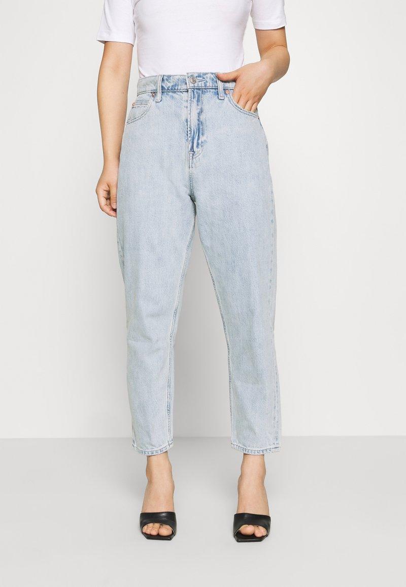 GAP Petite - MOM JEAN CASPIAN - Relaxed fit jeans - light indigo
