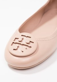 Tory Burch - MINNIE TRAVEL BALLET  - Baleríny - goan sand - 2