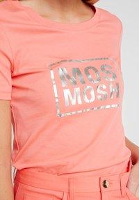 Mos Mosh - MOST TEE - Print T-shirt - sugar coral - 4