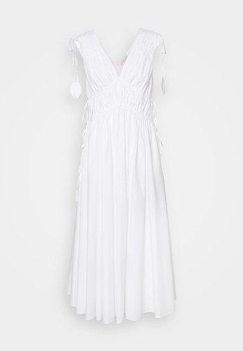 SLEEVELESS SMOCKED DRESS - Denní šaty - white