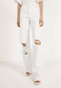 Bershka - MIT SCHLAGHOSE UND RISSEN - Jeans Relaxed Fit - white - 3