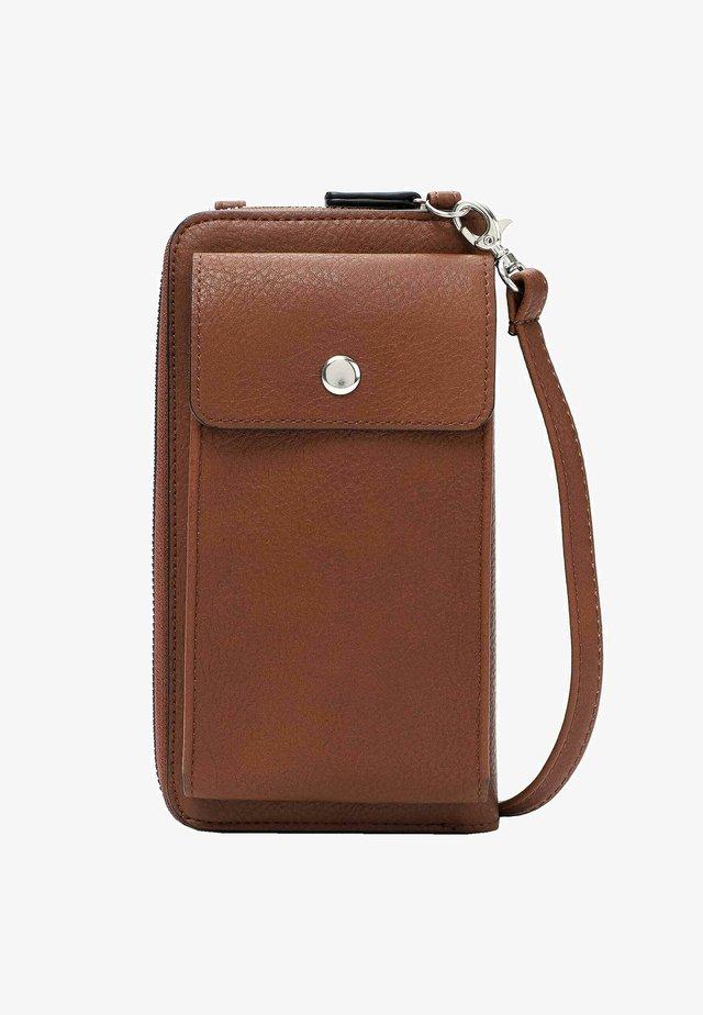 EMMA - Phone case - cognac