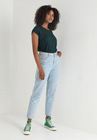 Vero Moda - Basic T-shirt - ponderosa pine - 1