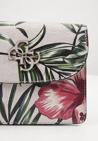 Guess - CHIC SHINE MINI CROSSBODY FLAP - Bandolera - floral - 3