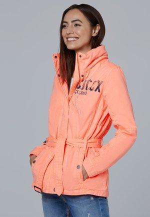 MIT KAPUZE UND TAILLENGÜRTEL - Outdoor jacket - neon orange