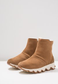 Sorel - KINETIC SHORT - Winter boots - camel brown/natural - 4