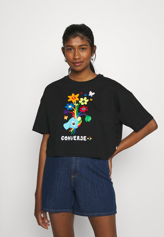 ROAD TO PRIDE CROPPED GRAPHIC TEE - Print T-shirt - black