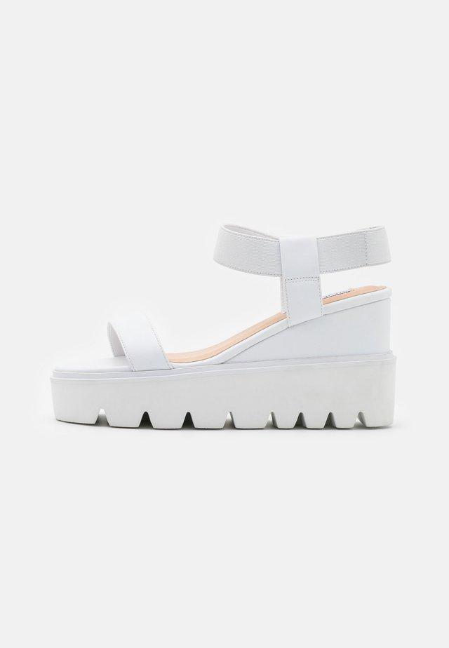 LAURY - Sandalen met hoge hak - white