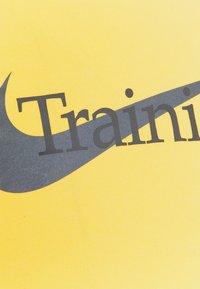 Nike Performance - TEE TRAINING - Print T-shirt - solar flare - 5