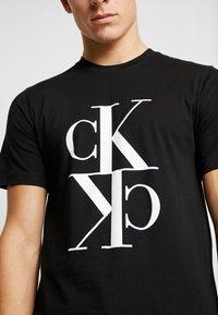 Calvin Klein Jeans - MIRRORED MONOGRAM TEE - T-shirt z nadrukiem - black/white - 5