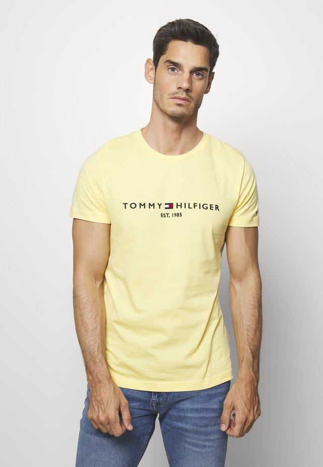 LOGO TEE - T-shirt imprimé - yellow