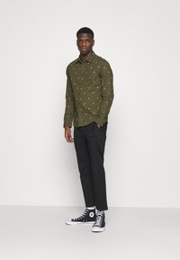 Scotch & Soda - SLIM FIT WITH ALL OVER PRINT - Skjorta - dark green/light pink - 1