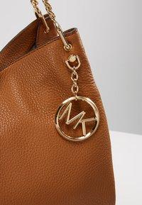 MICHAEL Michael Kors - LILLIE TOTE - Tote bag - acorn - 6