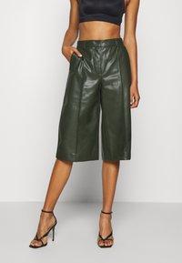 Vero Moda - PAULINA BAMUDA   - Shorts - khaki - 0