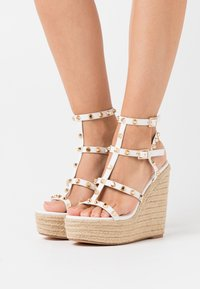 Missguided - DOME STUD WEDGE - Sandalias de tacón - white - 0