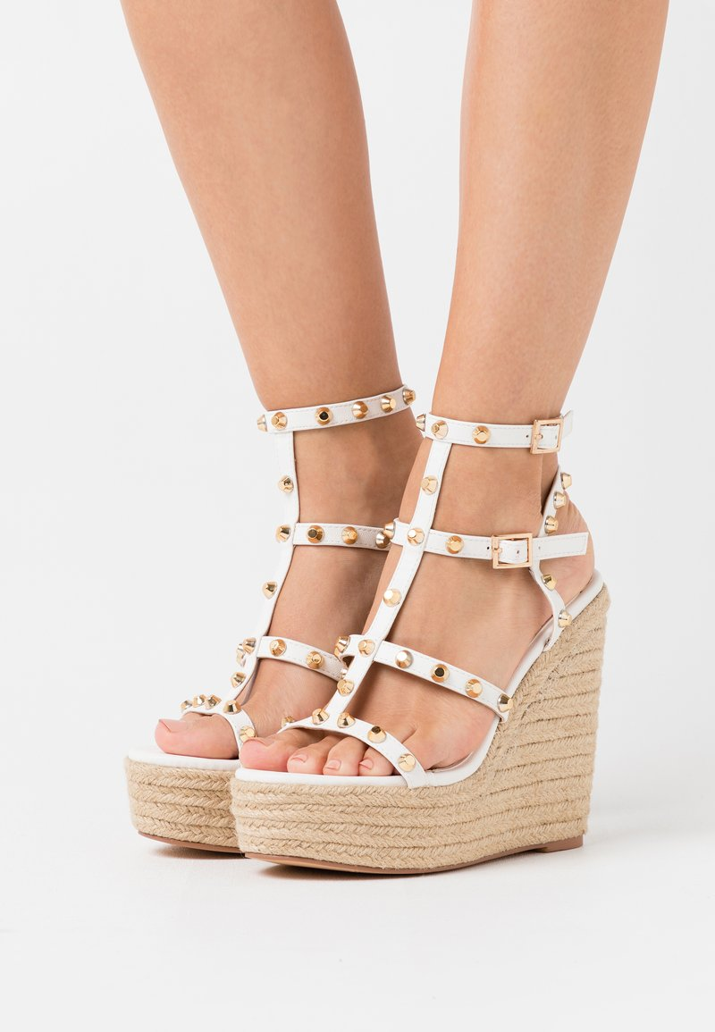 Missguided - DOME STUD WEDGE - Sandalias de tacón - white