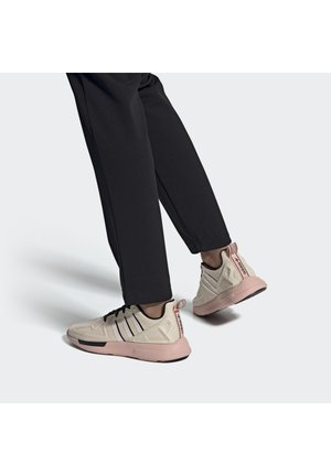 SPORTS INSPIRED SHOES - Baskets basses - linen/core black/vapour pink