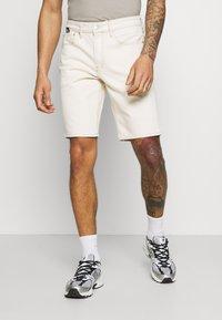 Calvin Klein Jeans - Džínové kraťasy - denim light - 0