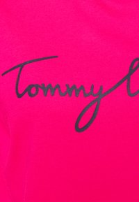 Tommy Hilfiger - CREW NECK GRAPHIC TEE - T-shirts print - bright jewel - 6