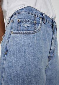 PULL&BEAR - MIT ZIERRISSEN - Široké džíny - light blue - 4