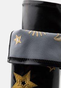 Koi Footwear - VEGAN ASTRID - Kozačky na vysokém podpatku - black/gold - 5