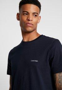 Calvin Klein - CHEST LOGO - T-shirt - bas - calvin navy - 4