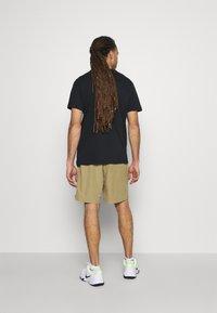 Nike Performance - SHORT - Pantalón corto de deporte - parachute beige/black - 2