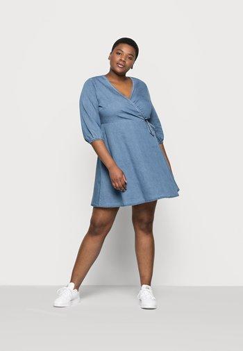 VMHENNA 3/4 WRAP SHORT DRESS - Denim dress - light blue