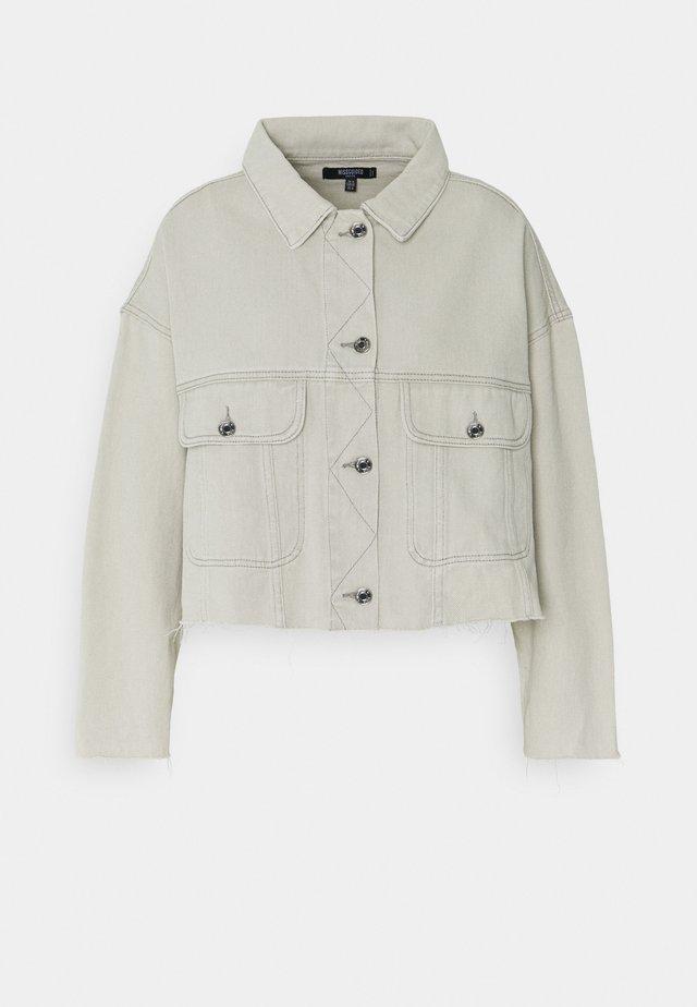 PLEAT BACK RAW HEM JACKET - Veste en jean - grey