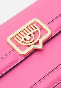 CHIARA FERRAGNI - RANGE EYELIKE FRAME - Handbag - sachet pink - 4