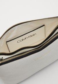 Calvin Klein - EVERYDAY DUO CROSSBODY - Olkalaukku - white - 3