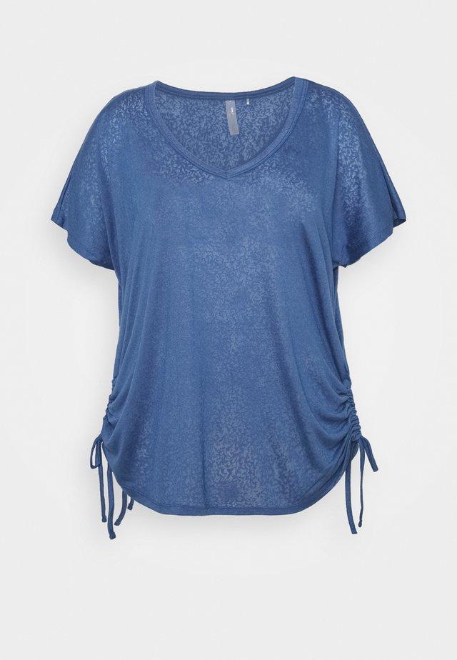 ONPJIVAN CURVED V NECK BURNOUT CURVY - T-shirt print - bijou blue