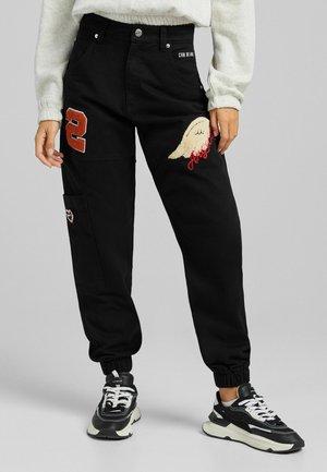 AUS MIT PATCHES - Pantaloni sportivi - black