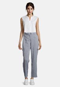 Betty & Co - MIT AUFGESETZTEN TASCHEN - Trousers - blau - 1