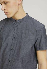 TOM TAILOR DENIM - MIT STEHKRAGEN - Shirt - black and white minimal dobby - 3