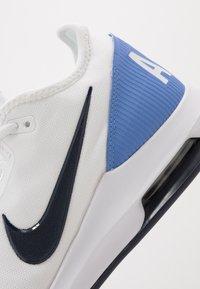 Nike Performance - NIKECOURT AIR MAX WILDCARD - Tenisové boty na všechny povrchy - white/obsidian/royal pulse - 5