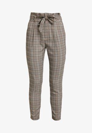 VMEVA LOOSE PAPERBAG CHECK - Trousers - grey/brown/rust