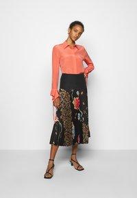Victoria Victoria Beckham - FLOUNCE CUFF SHIRT - Košile - lychee pink - 1