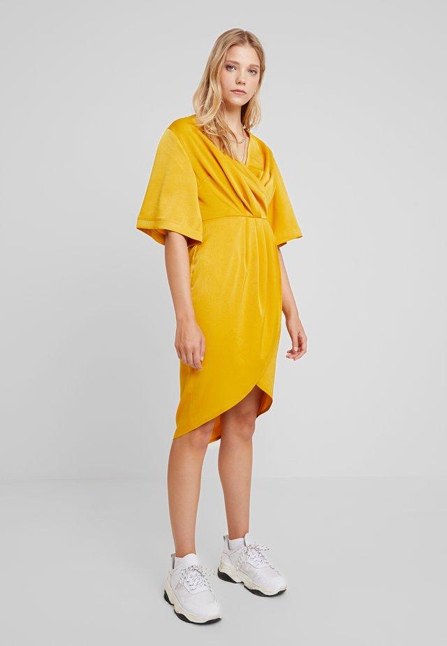 LUXE PLEATED WRAP MIDI DRESS - Vestido informal - gold