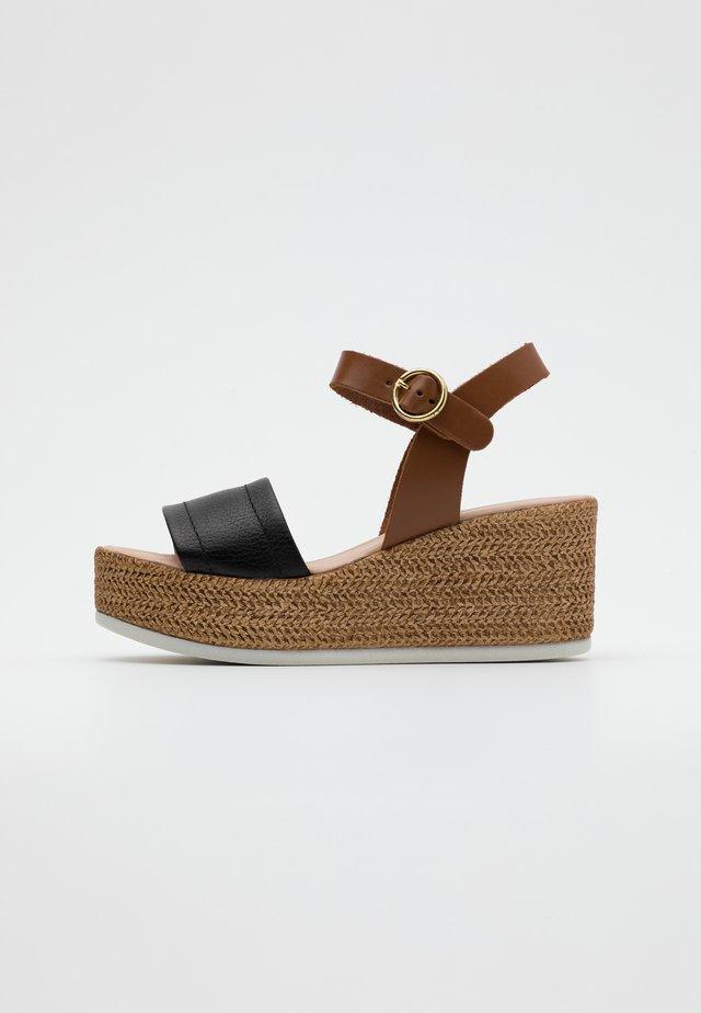 SAMUEL - Sandalen met plateauzool - nero/camel