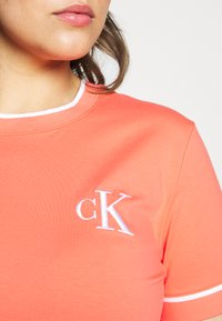 Calvin Klein Jeans Plus - EMBROIDERY TIPPING TEE - T-shirt con stampa - coral - 5