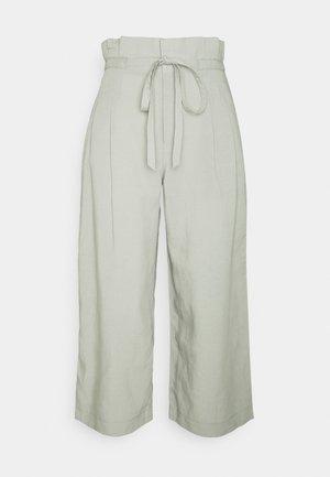 ANREANNAH PANT - Kalhoty - sage