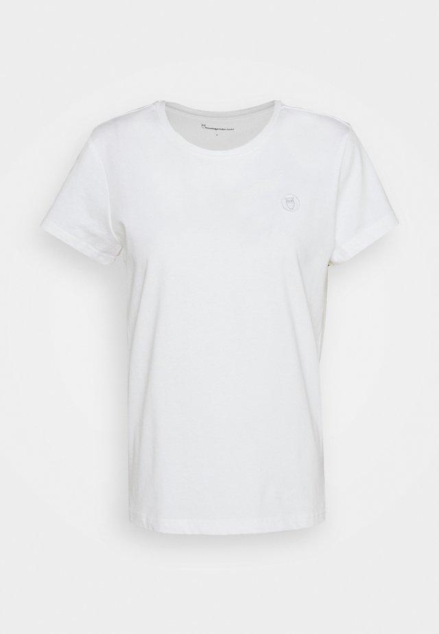 BADGE TEE - Jednoduché triko - bright white
