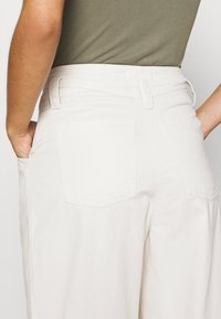 Topshop - ELLA MENSY - Relaxed fit jeans - ecru - 4