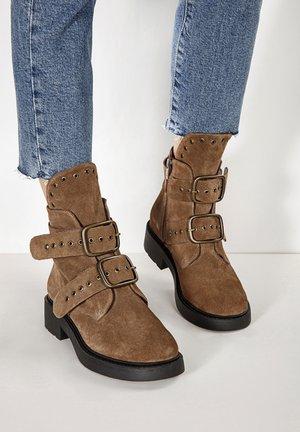 Cowboy/biker ankle boot - ochre