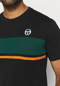 sergio tacchini - FELUGA - Print T-shirt - black/botanical - 5